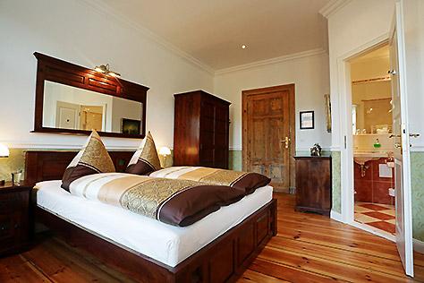 Hotel Berlin Standard Zimmer großes Bett