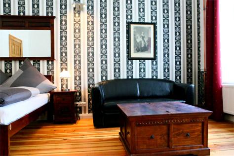 Apartment Hotel Berlin GARDEN LIVING - Sitzbereich mit Holzruhe
