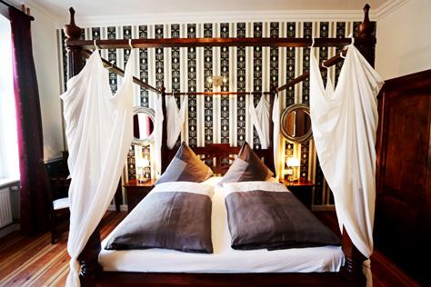 Hotel Zimmer Berlin großes Bett